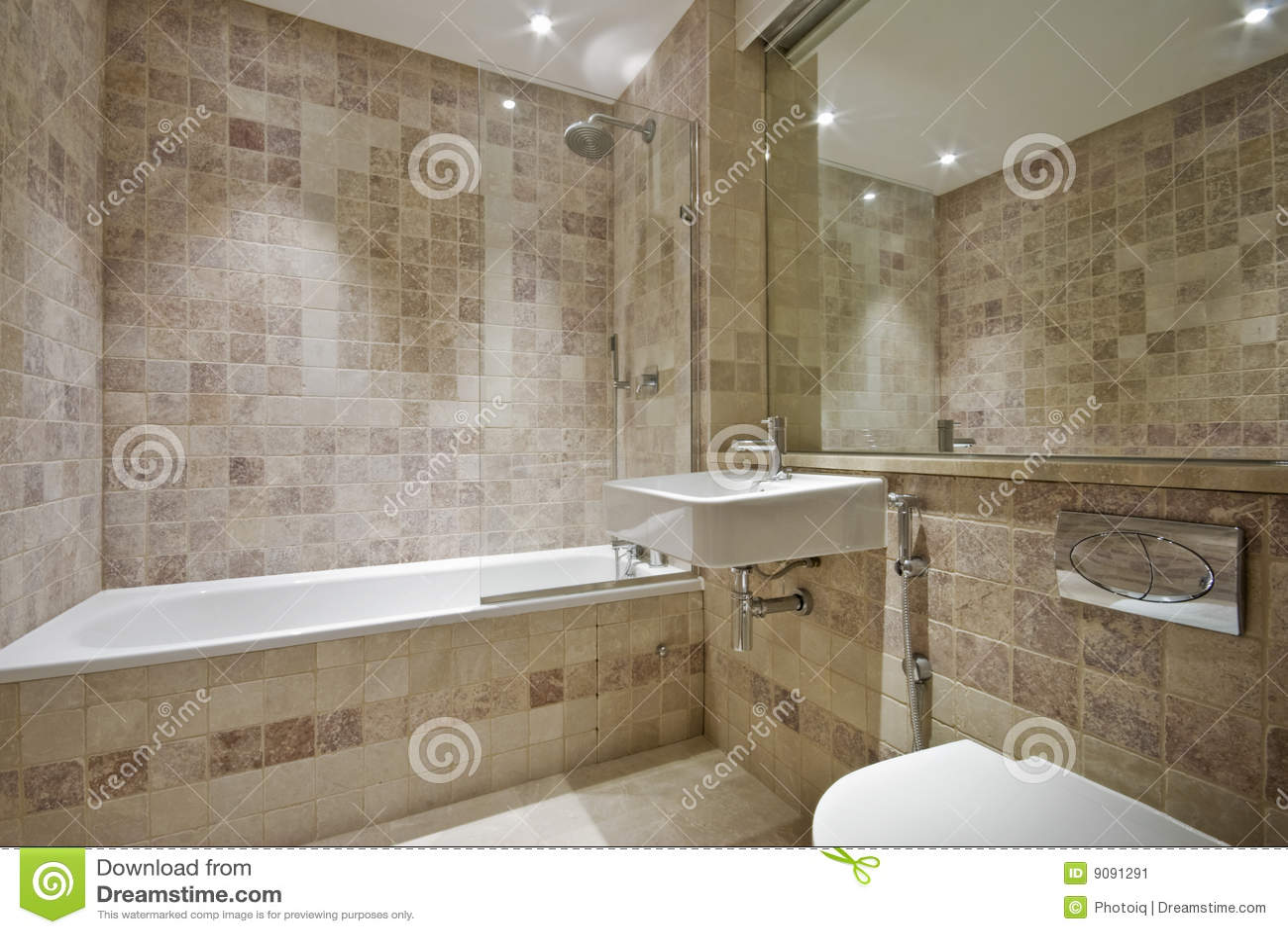 bagno moderna con il pavimento naturale alle mattonelle della pietra ...
