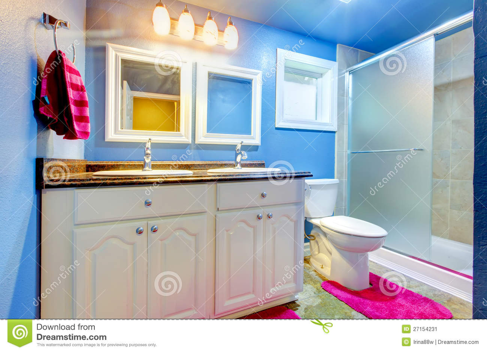 Stanza Da Bagno Dei Bambini Con Le Pareti Blu Ed Il Colore Rosa