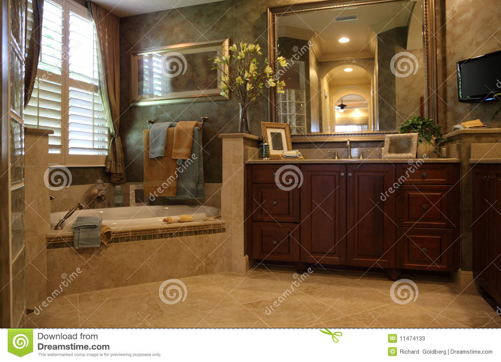 Stanza da bagno di lusso immagine stock immagine di - Vasche da bagno di lusso ...