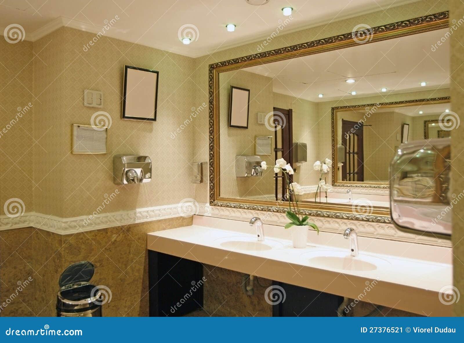 Stanza da bagno di lusso immagine stock immagine di hotel for Stanza da bagno