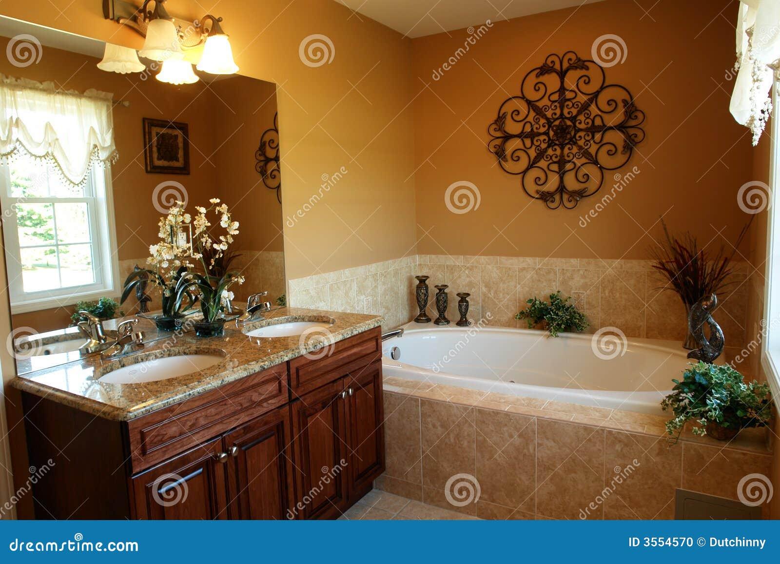 Stanza da bagno di lusso con la jacuzzi fotografia stock for Salle de bain jacuzzi