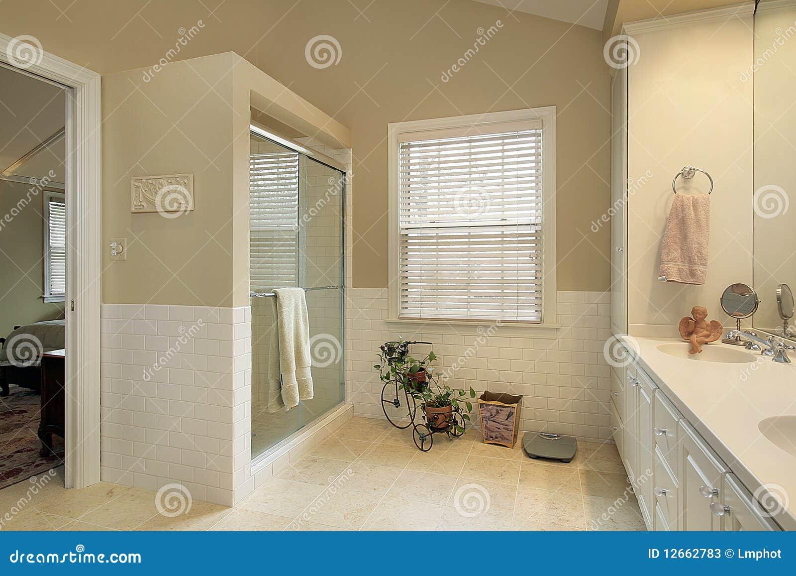 Stanza da bagno matrice con le pareti dell 39 oro immagine stock immagine di reale residenziale - Stanza da bagno ...