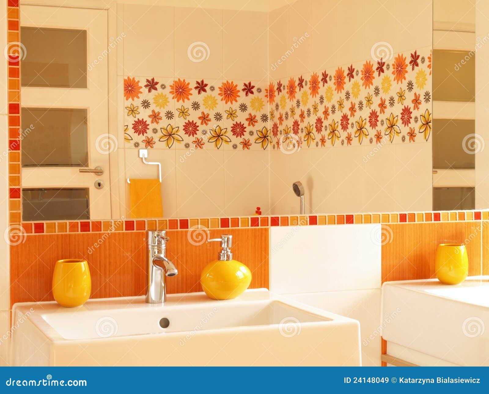 stanza da bagno moderna con le mattonelle della decorazione del fiore