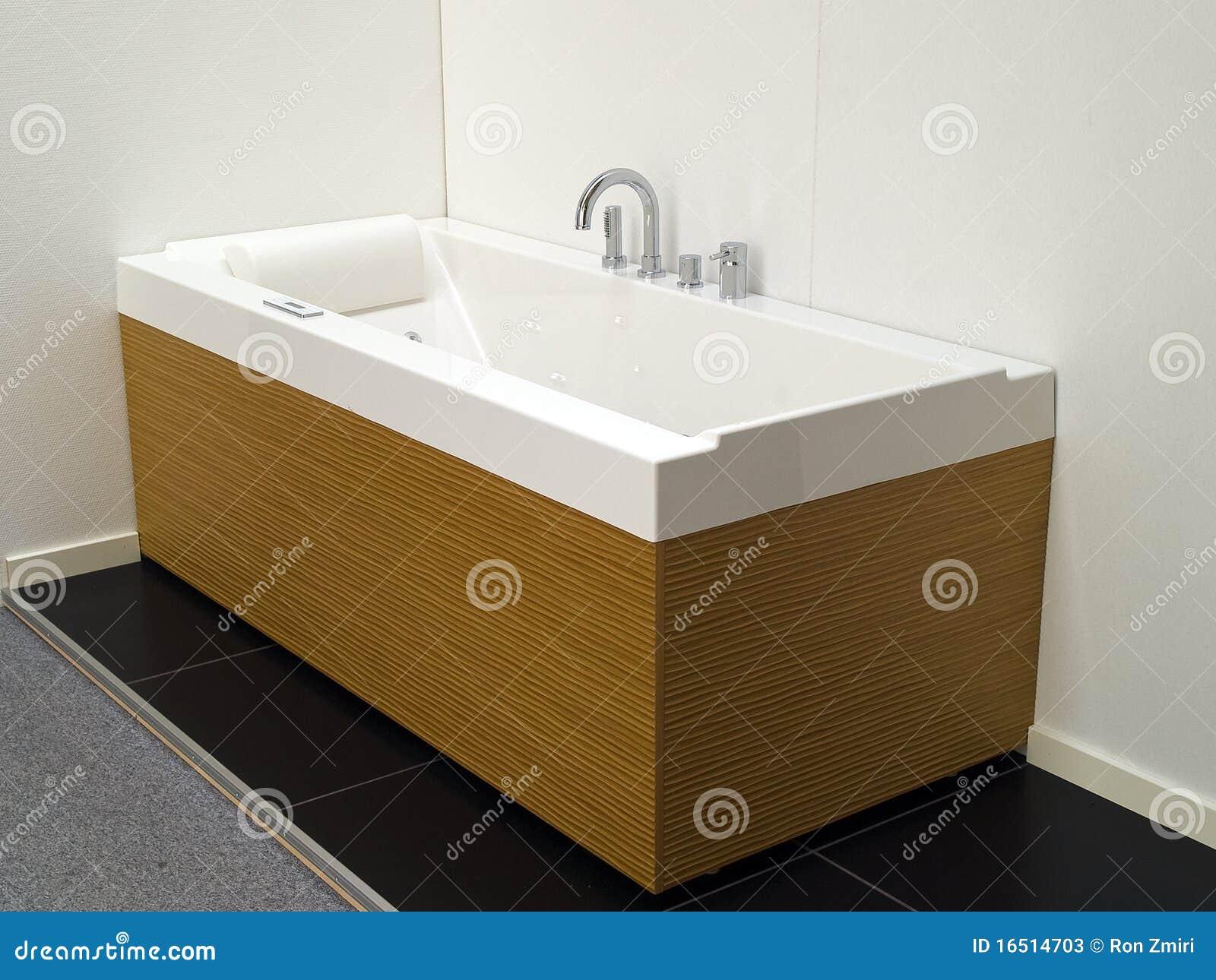 Stanza da bagno moderna della jacuzzi della vasca da bagno del