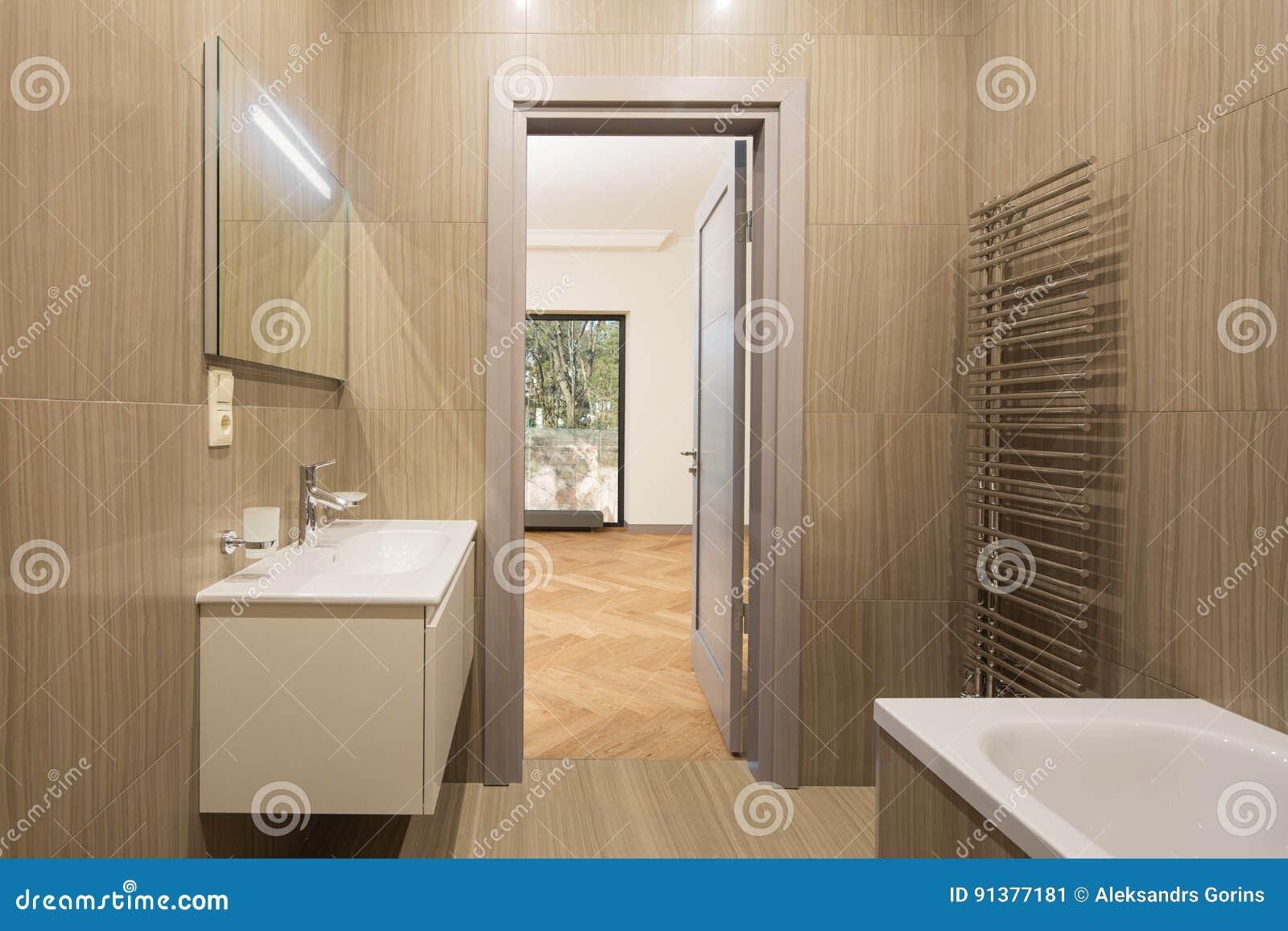 Sala Da Bagno Moderna : Stanza da bagno moderna della stazione termale immagine stock