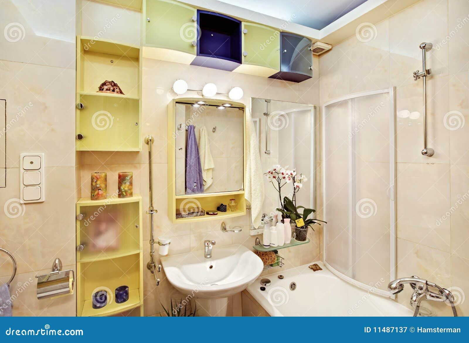 Stanza da bagno moderna in giallo ed in azzurro immagine stock