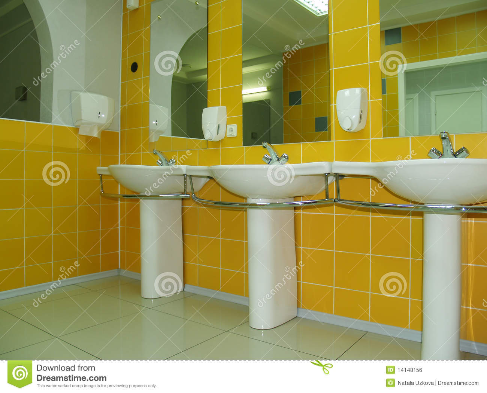 Stanza da bagno o toletta con lle mattonelle gialle ciotole