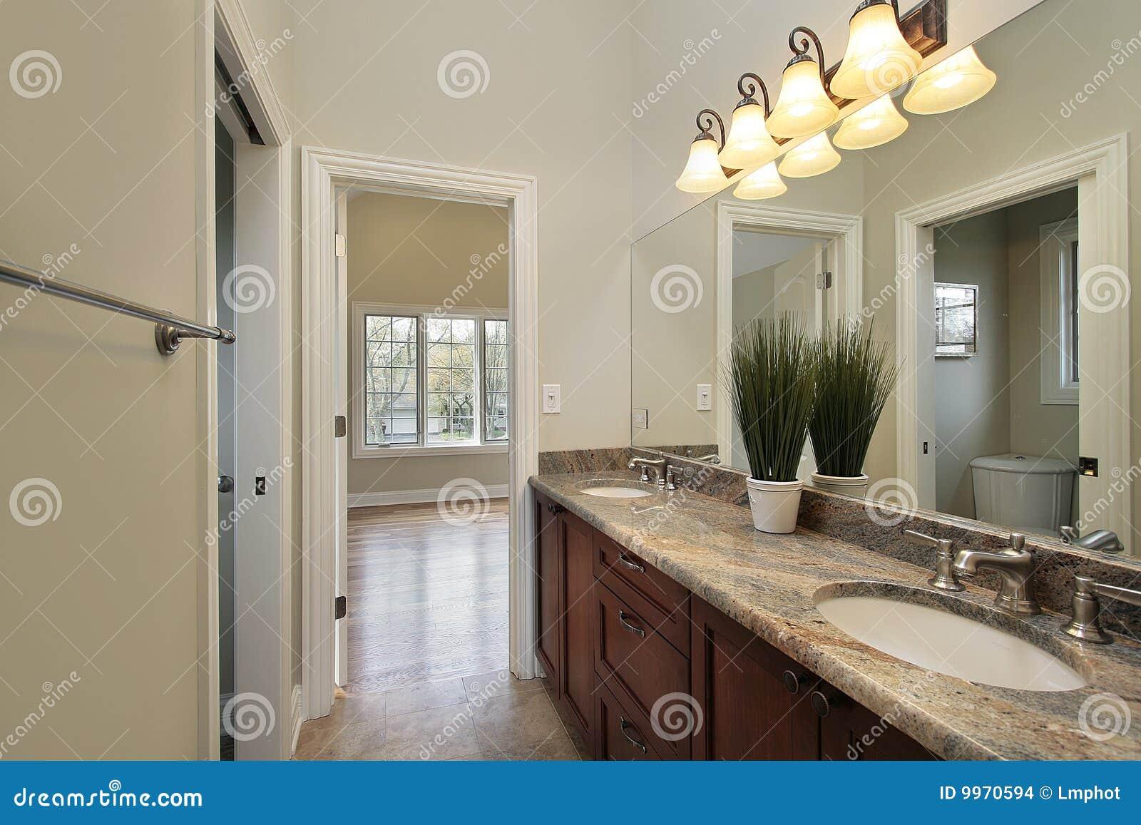 stanza del bagno nella casa della nuova costruzione