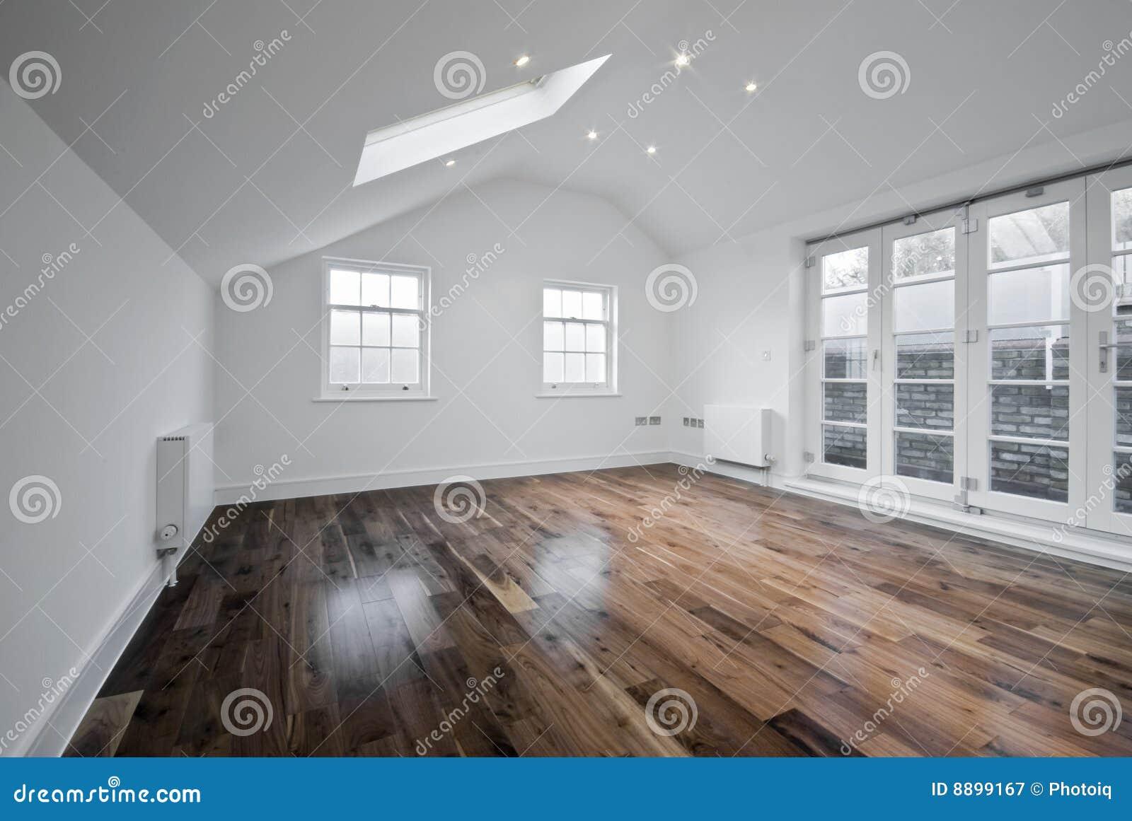 Stanza del granaio con la finestra del tetto immagine - Finestra da tetto prezzi ...