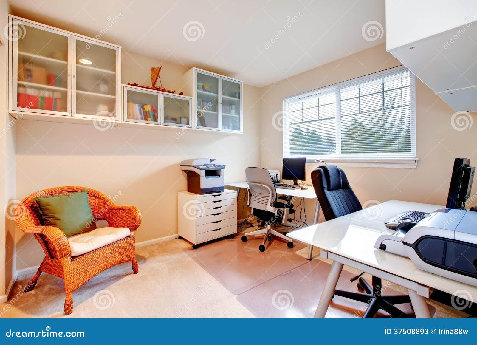 Stanza dell 39 ufficio di colori neutri immagine stock for Stanza uso ufficio