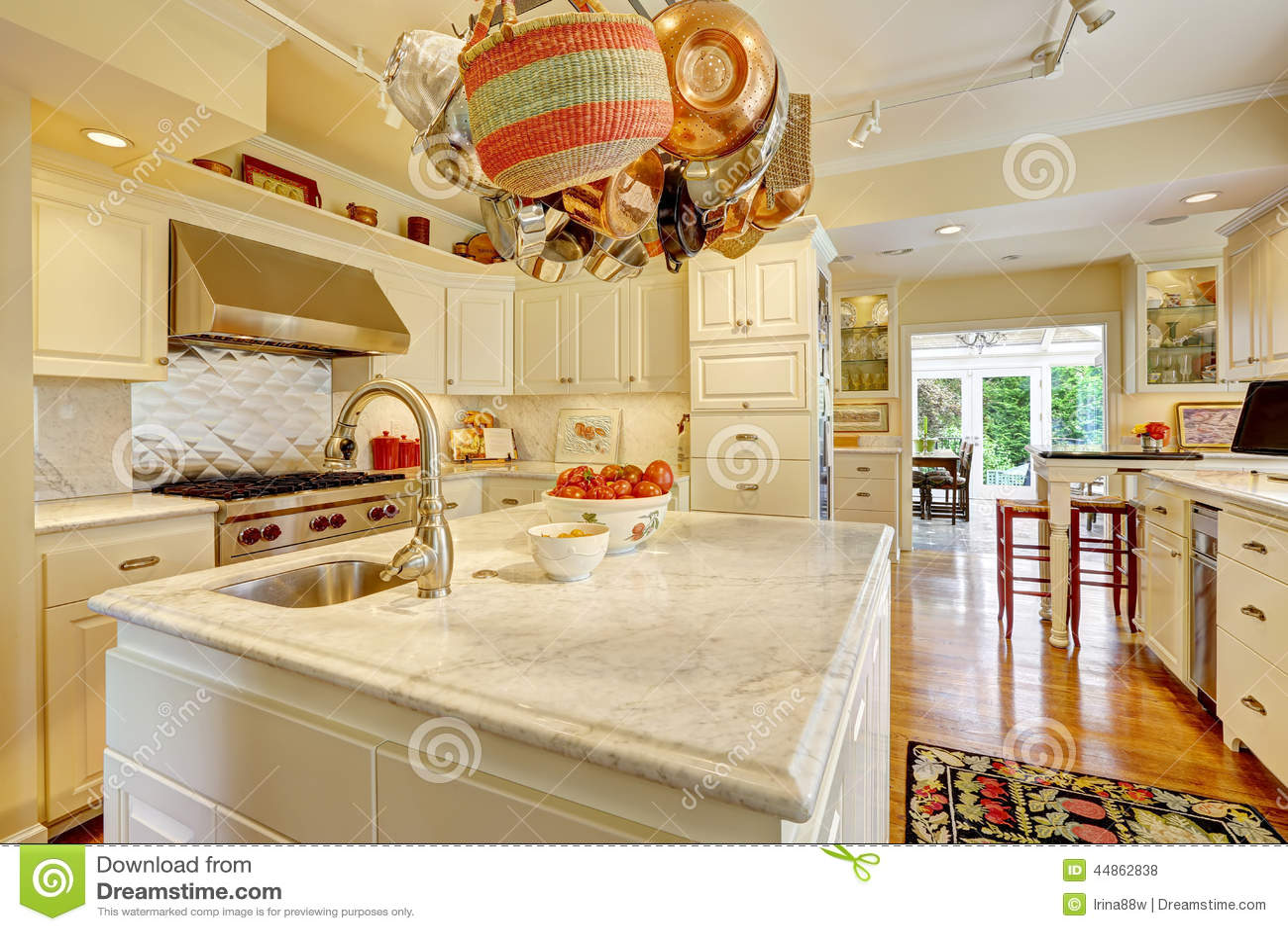Stanza della cucina con l 39 isola e lo scaffale d - Scaffale cucina ...