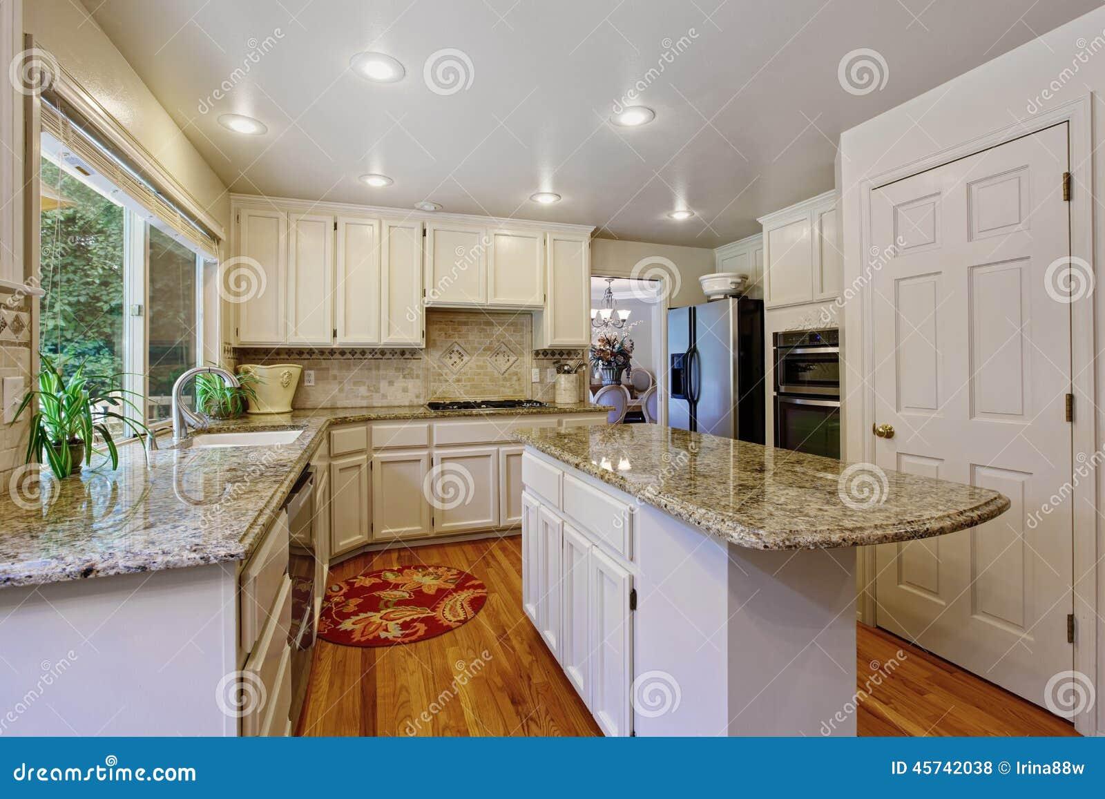 Stanza della cucina con la combinazione bianca e l 39 isola for Cucina e grandi disegni della stanza