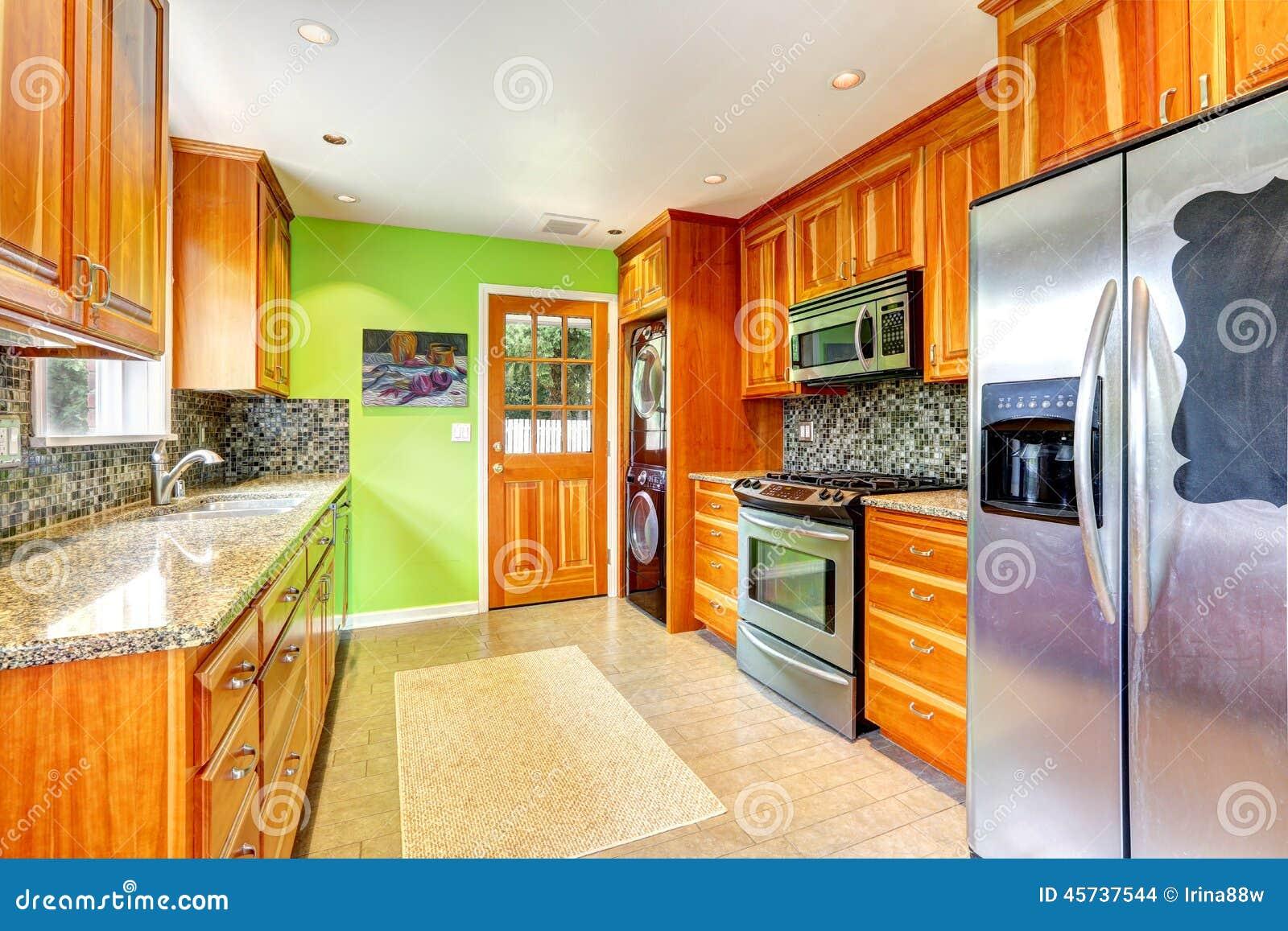 Stanza Della Cucina Con La Parete Verde Intenso Fotografia Stock ...