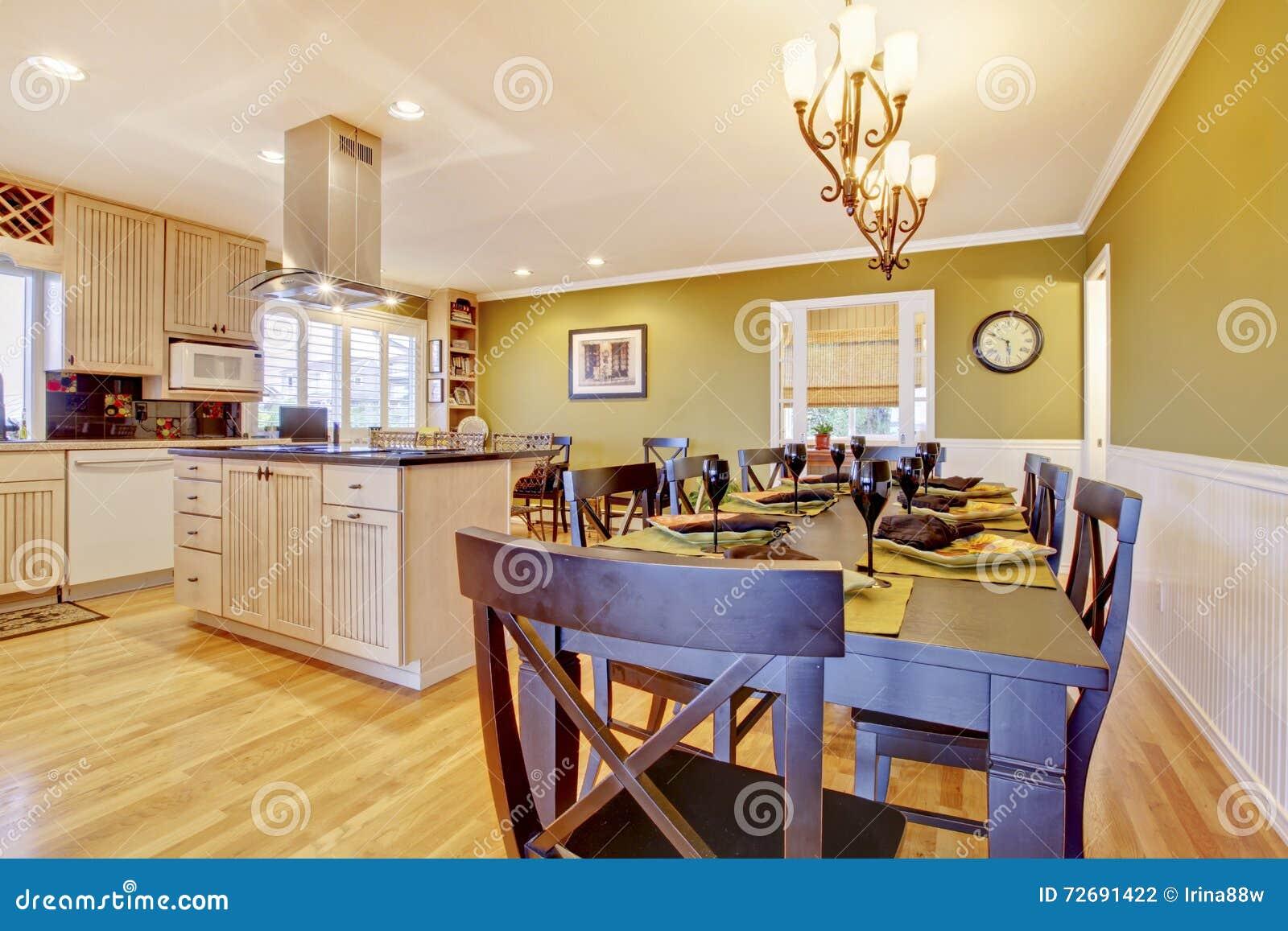 Pareti Della Cucina Verdi : Stanza della cucina con le pareti ed il tavolo da pranzo verdi