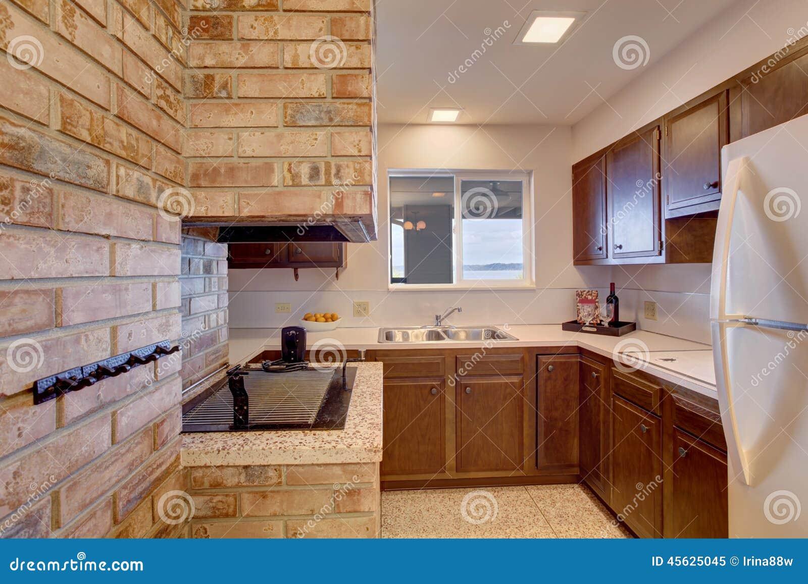 Stanza della cucina del seminterrato con il camino - Cucina rustica con camino ...