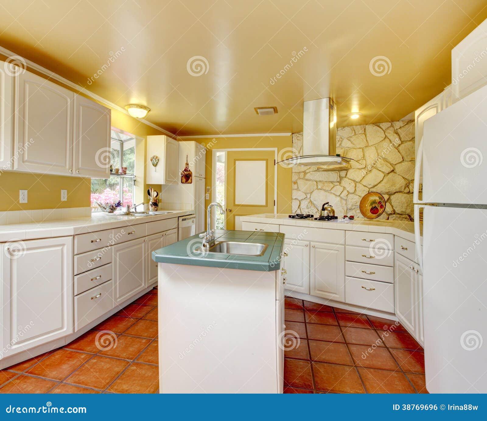 Stanza della cucina dell 39 avorio con la parete di pietra for Grande disposizione della stanza