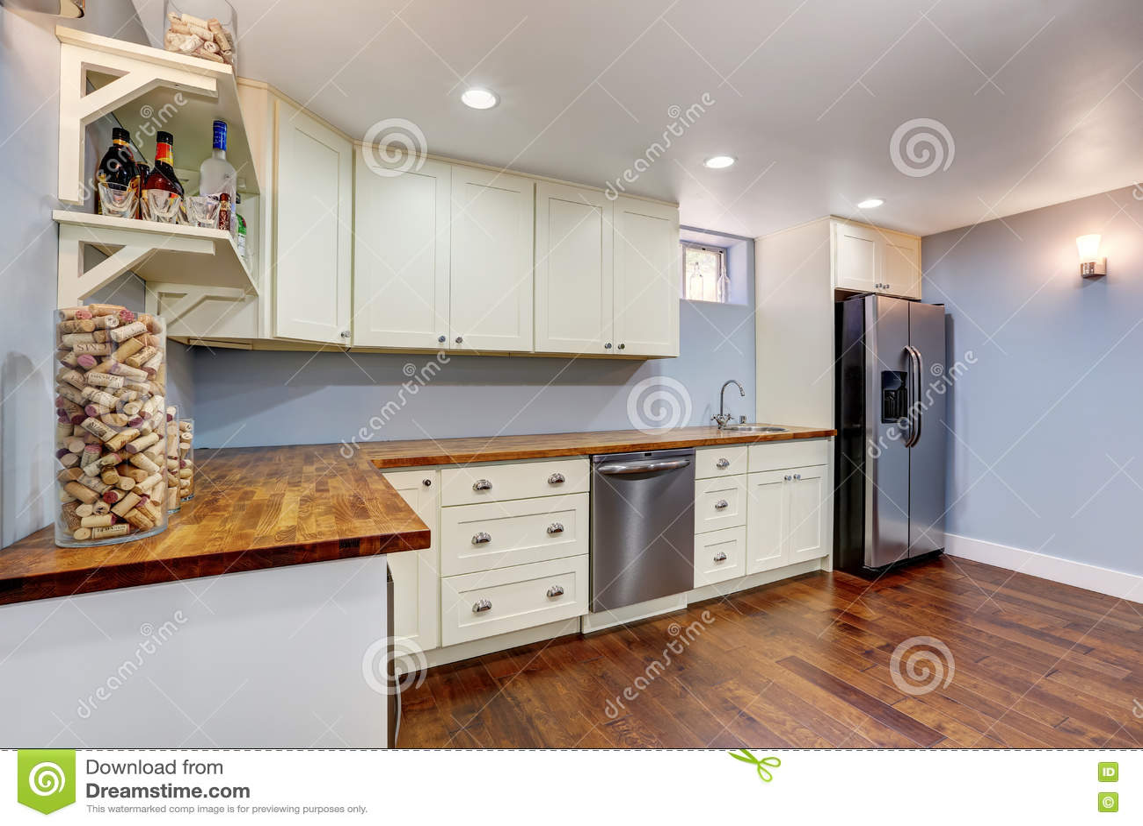 stanza della cucina della lavanda nel seminterrato della