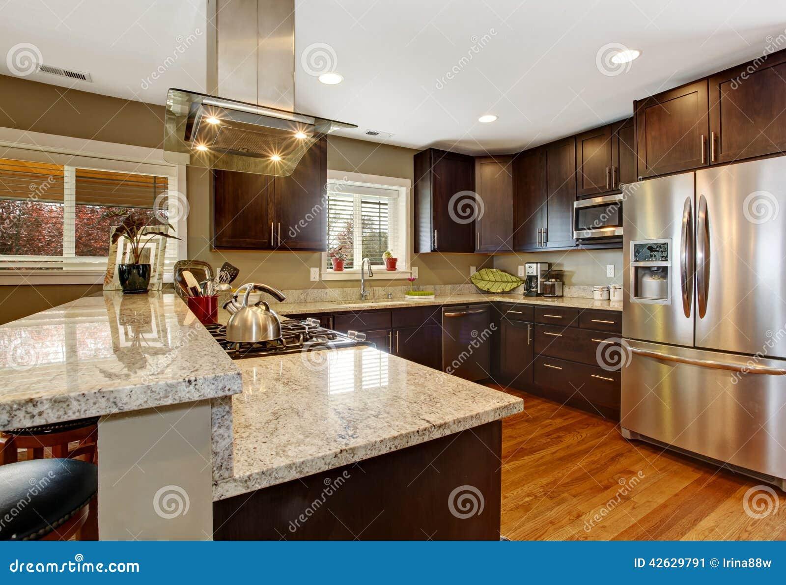 Stanza della cucina di marrone scuro con gli apparecchi d - Cucina bianca e marrone ...