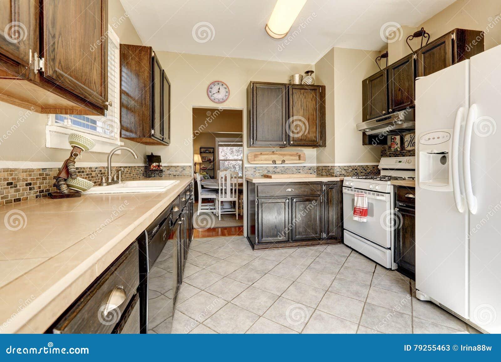 Stanza della cucina gabinetti di marrone scuro ed for Grande disposizione della stanza