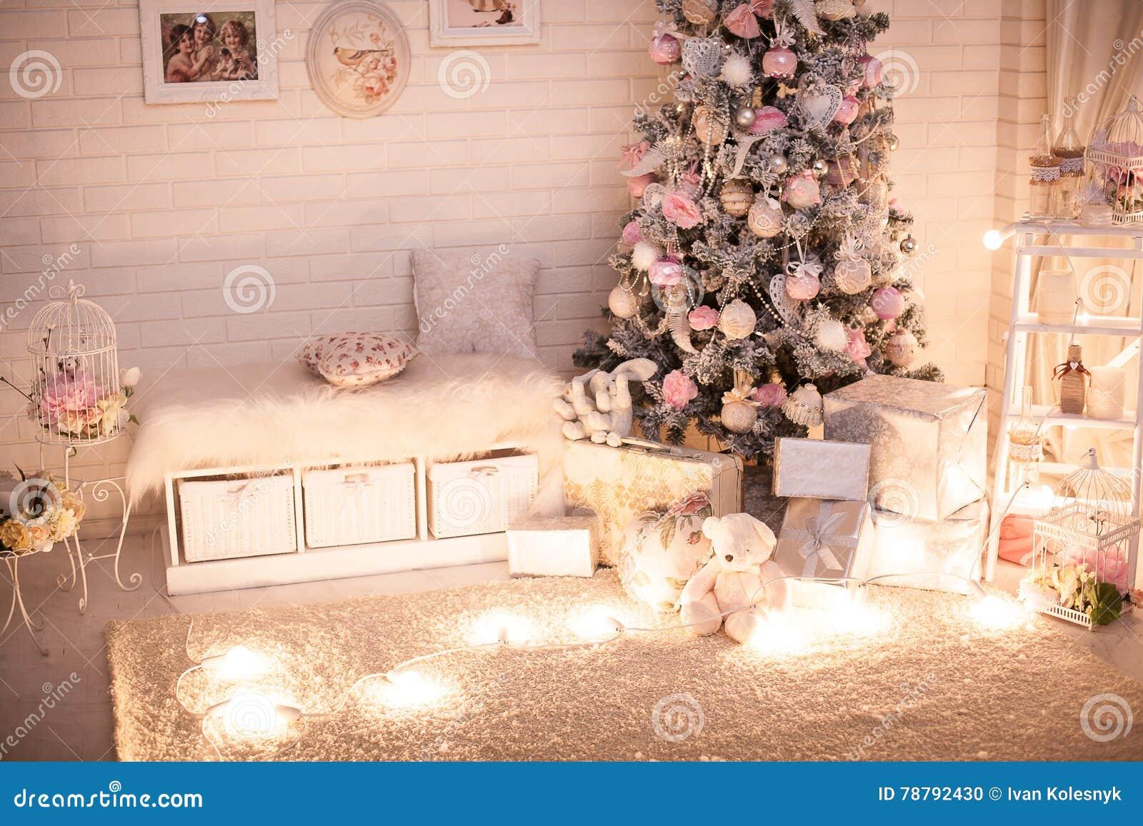 Stanza di bambini di Natale con l albero decoreted
