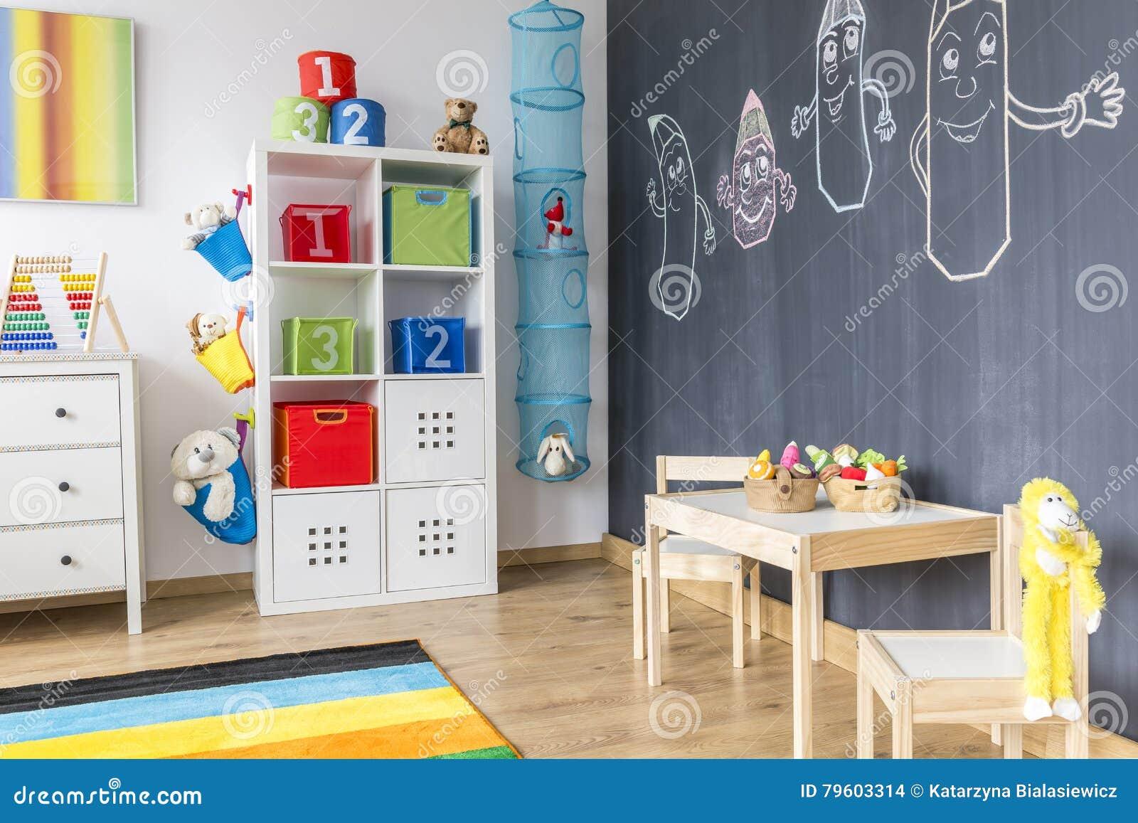 Pareti Lavagna Per Bambini : Stanza di bambino con la parete della lavagna fotografia stock
