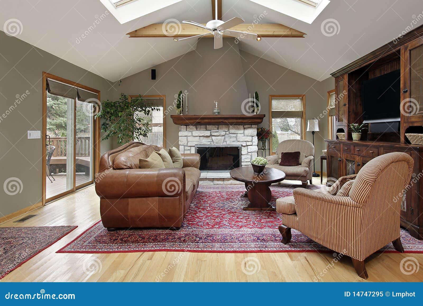 Stanza di famiglia con il camino bianco del mattone for Costo del mattone da costruire