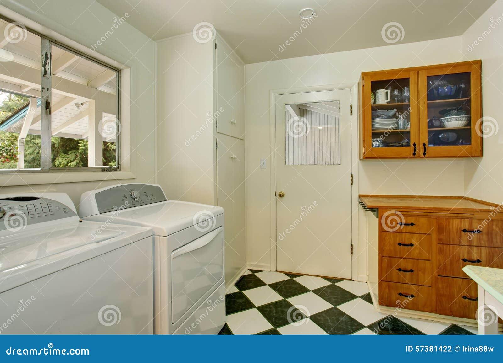Stanza di lavanderia autentica con la pavimentazione in piastrelle