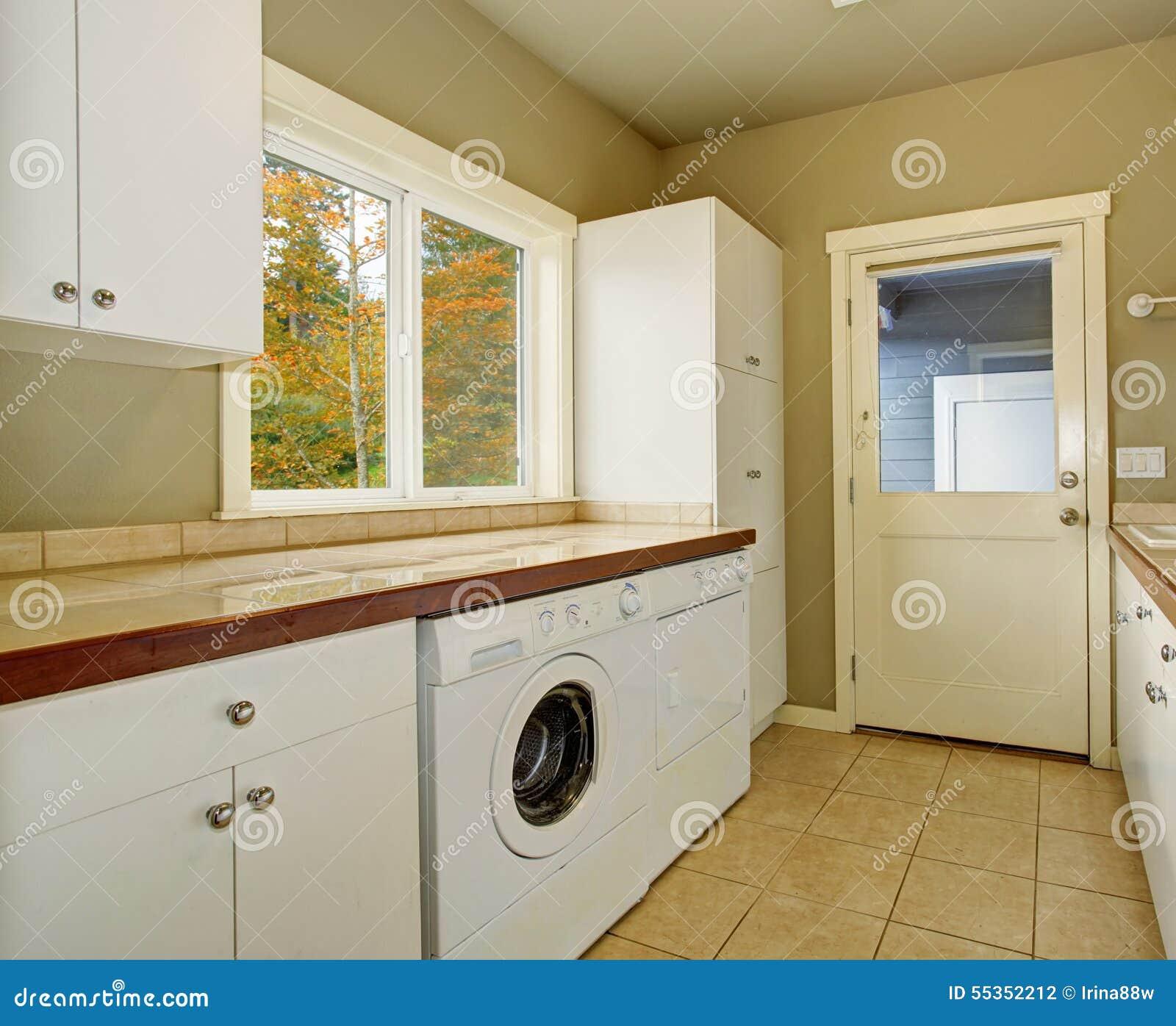 Stanza di lavanderia con i contatori ed il lavandino delle mattonelle