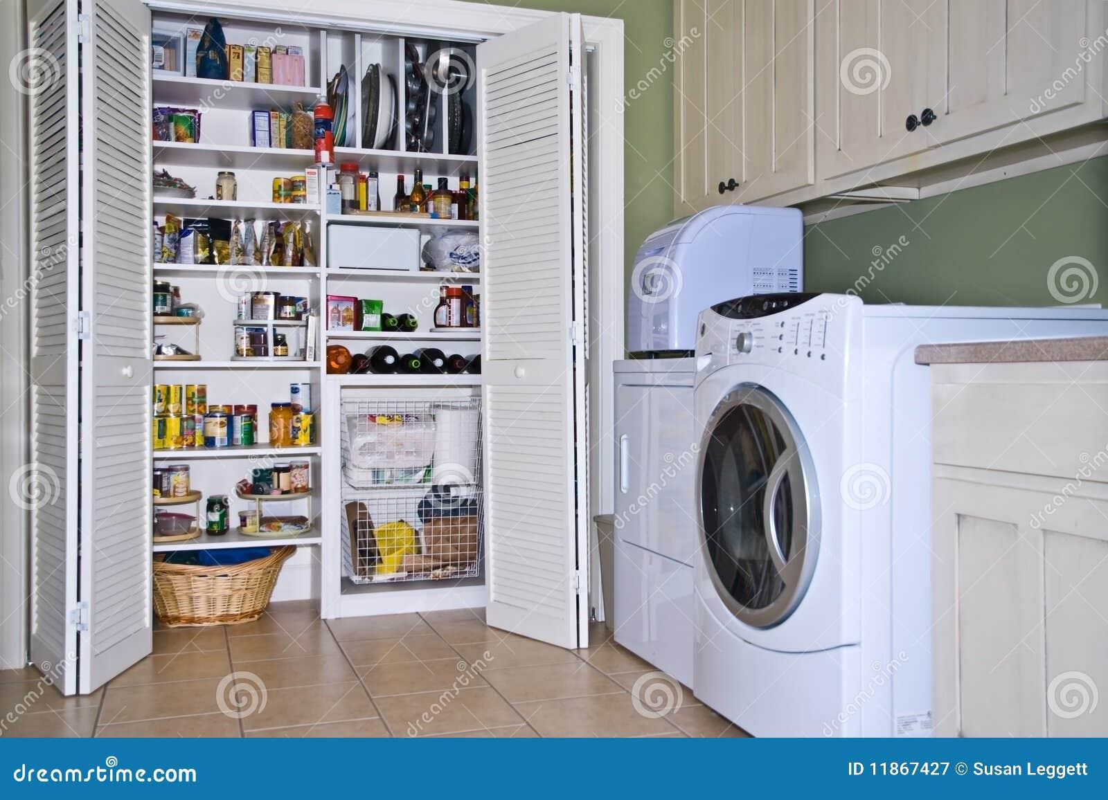 Stanza di lavanderia pantry fotografia stock libera da for Armadietti moderni di mudroom