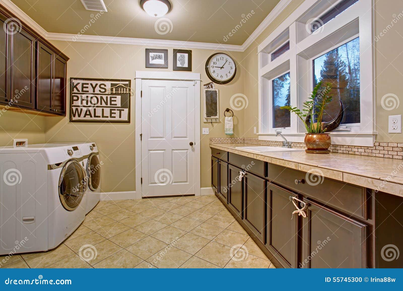 Stanza di lavanderia piacevole con la pavimentazione in piastrelle