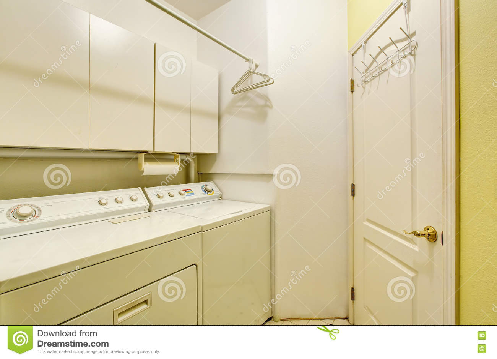 Stanza di lavanderia tradizionale con la pavimentazione in