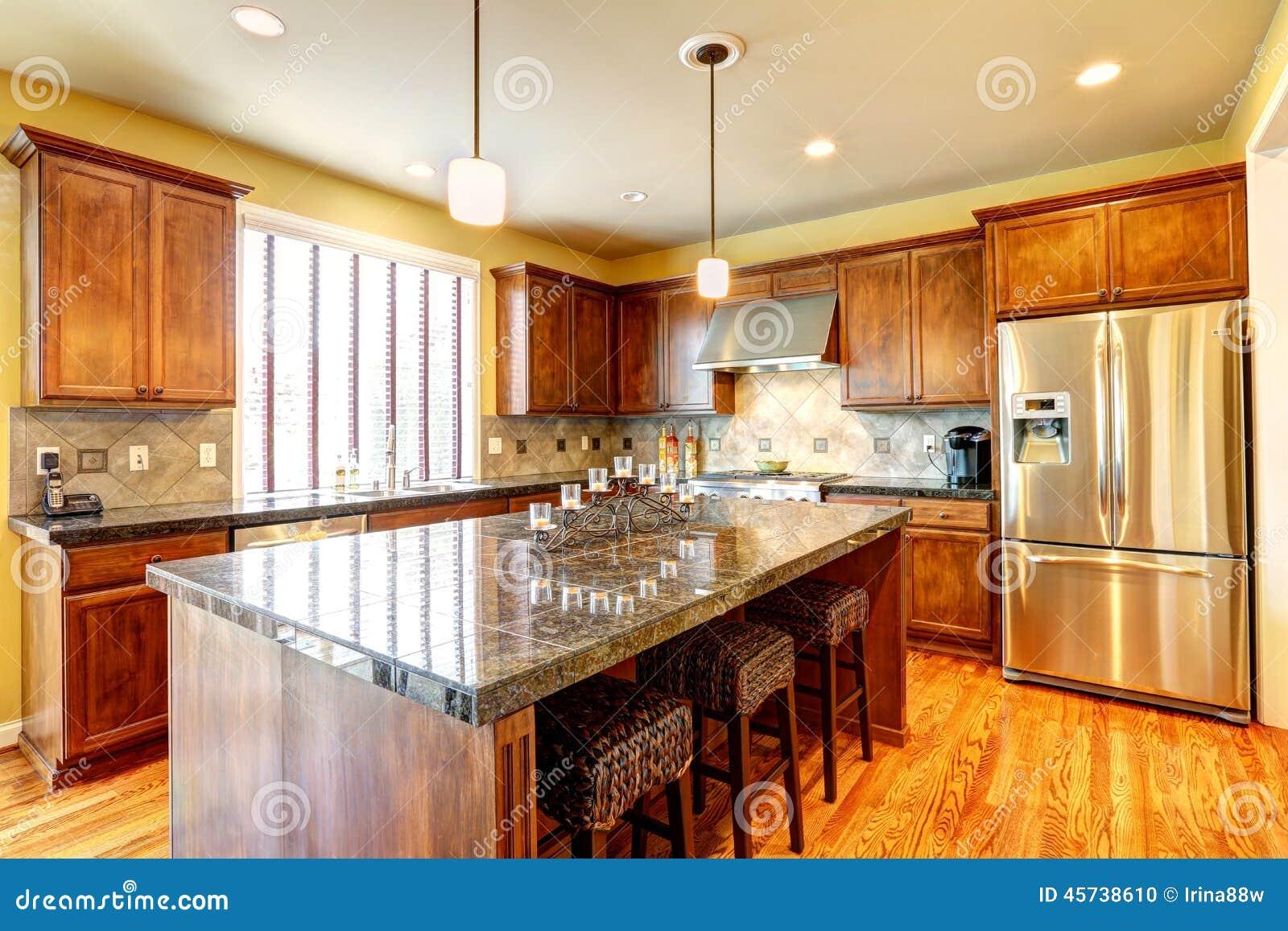 Stanza di lusso della cucina con l 39 isola fotografia stock for Cucina e grandi disegni della stanza