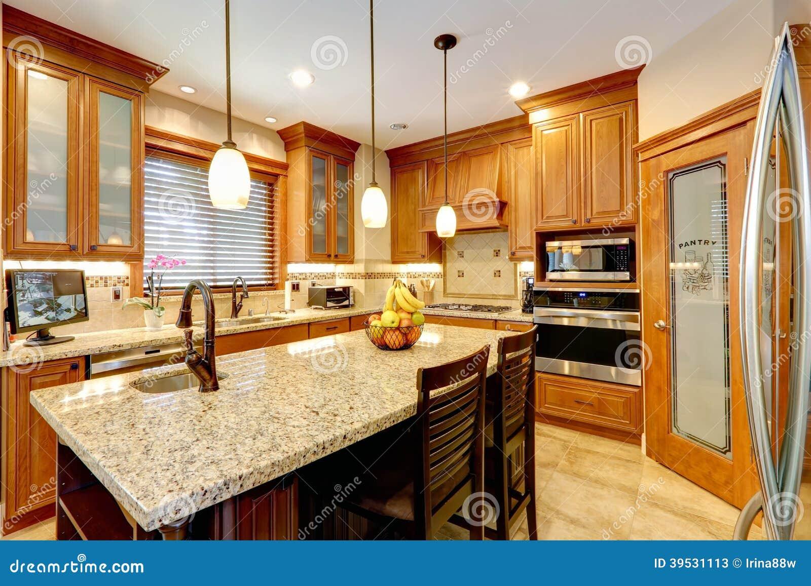 stanza di lusso della cucina con la contro isola di marmo