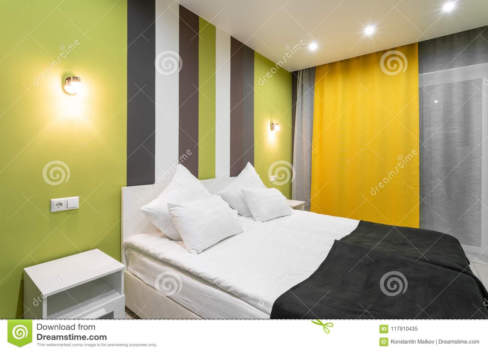 Stanza di norma dellhotel camera da letto moderna con i cuscini