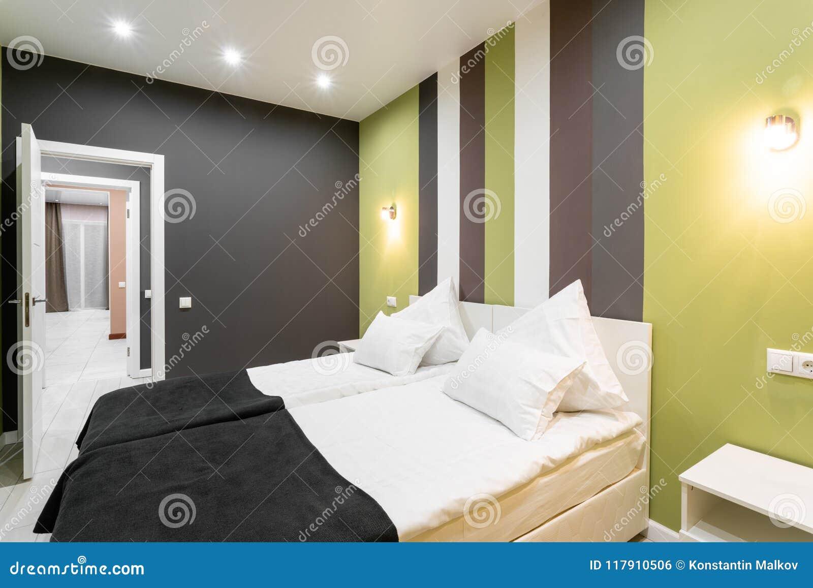 Stanza di norma dell hotel camera da letto moderna con i cuscini