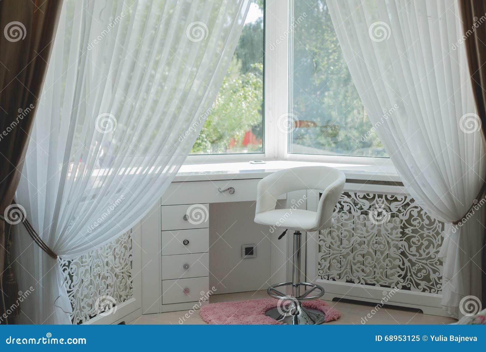 Stanza di sonno con il letto e la finestra fotografia - La finestra della camera da letto ...