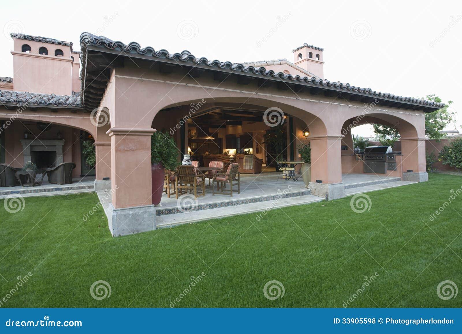 Stanza e prato inglese all 39 aperto della veranda fotografia for Mobilia in inglese