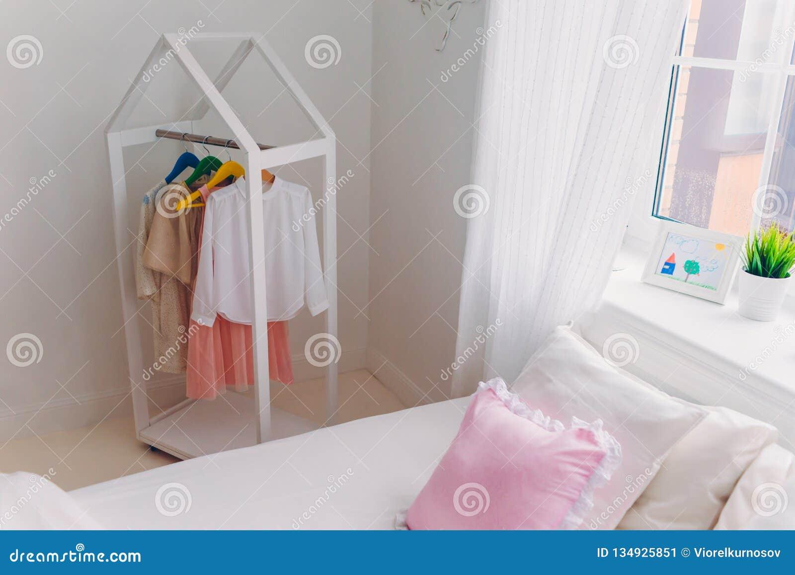 Camera Da Letto Bianca Pareti : Stanza leggera spaziosa accogliente con i vestiti alla moda sui