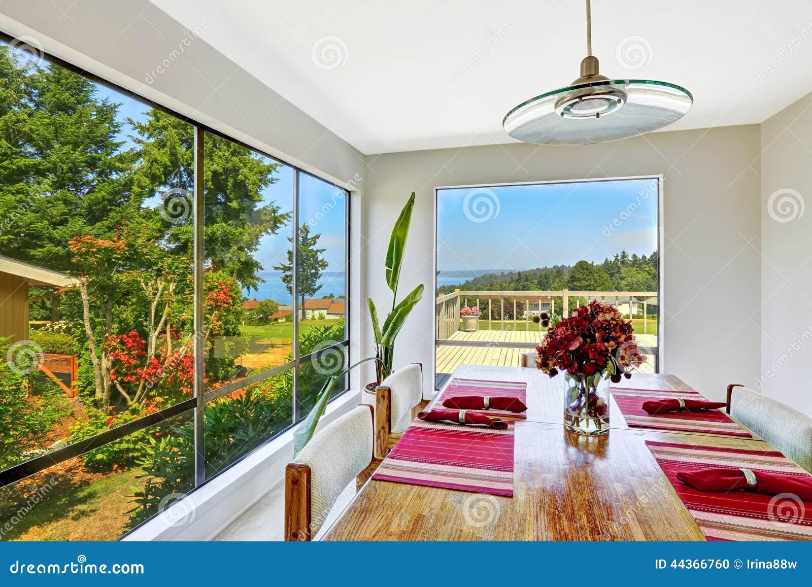 Stanza luminosa con l insieme del tavolo da pranzo e la bella vista della finestra