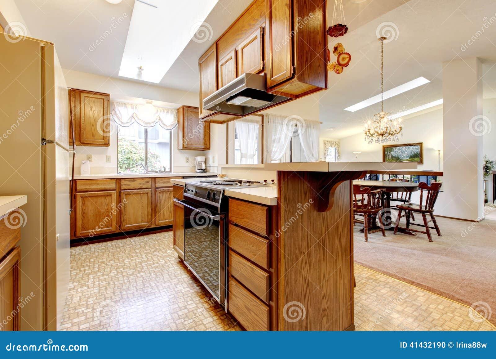 Stanza Luminosa Della Cucina Con Il Soffitto Arcato Di Altezza Ed I  #7C3D14 1300 957 Altezza Del Top Della Cucina