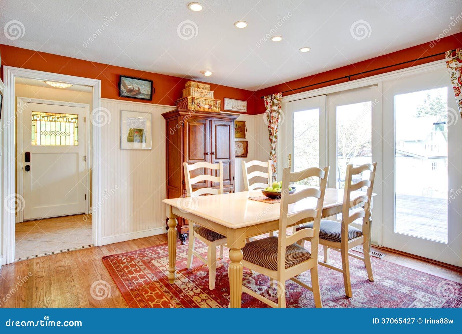 Stanza semplice della cucina di colori caldi con una for Piccola sala da pranzo
