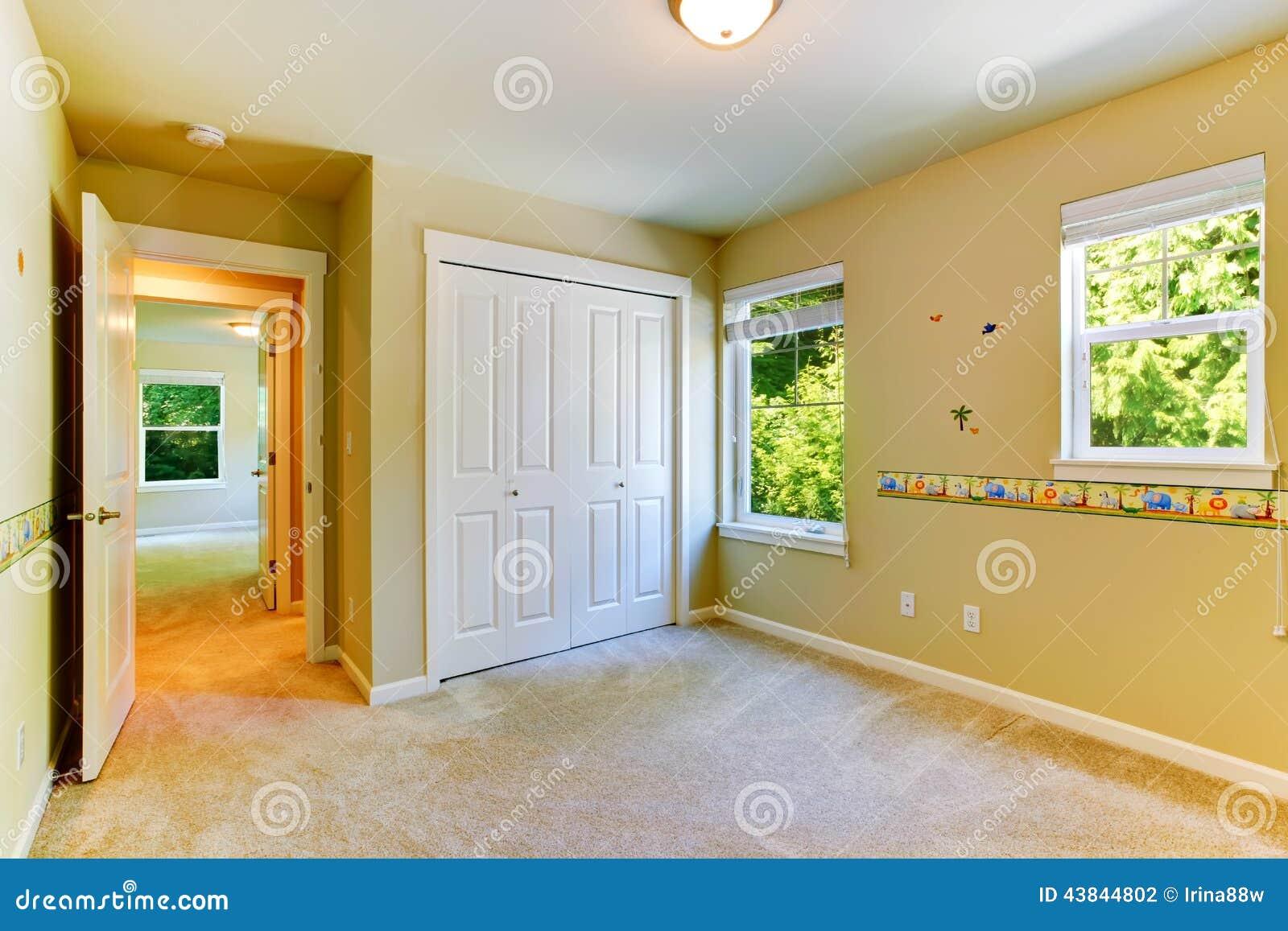 stanza vuota dei bambini con le pareti dipinte fotografia