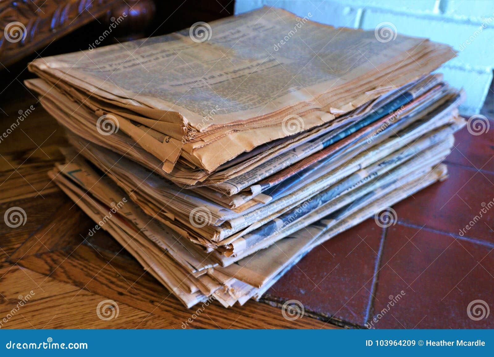 Stapel alte gelb gefärbte oxidierte Zeitungen
