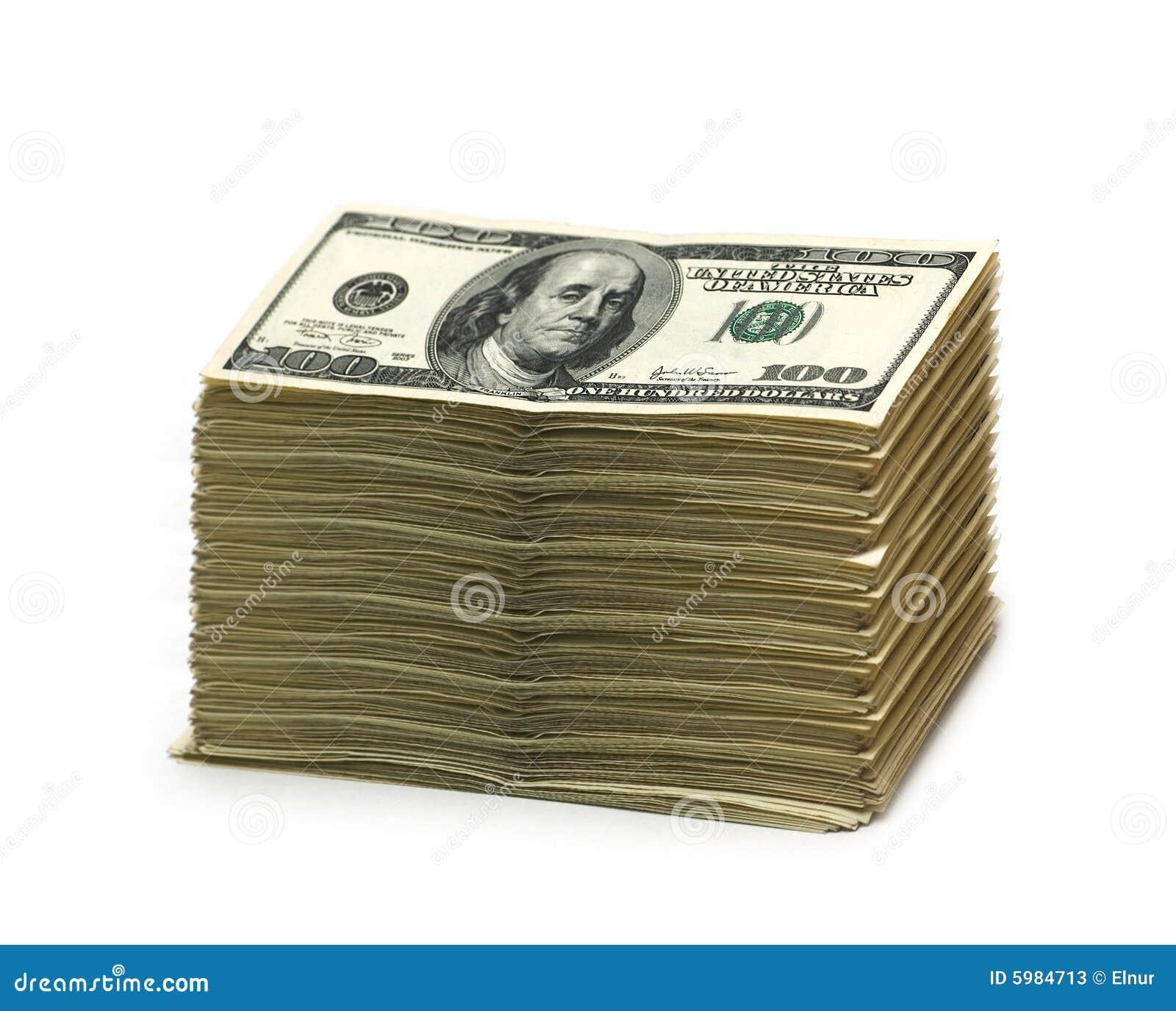 Stapel Amerikaanse dollars die op wit worden geïsoleerdd
