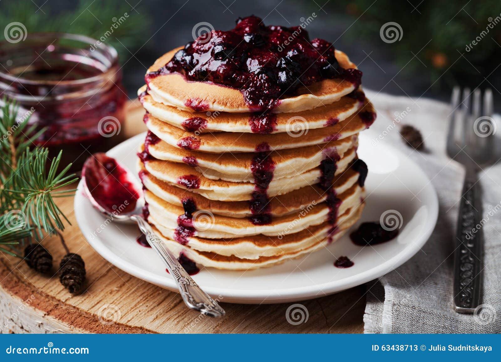 Stapel Amerikanische Pfannkuchen Oder Stuckchen Mit Erdbeere Und