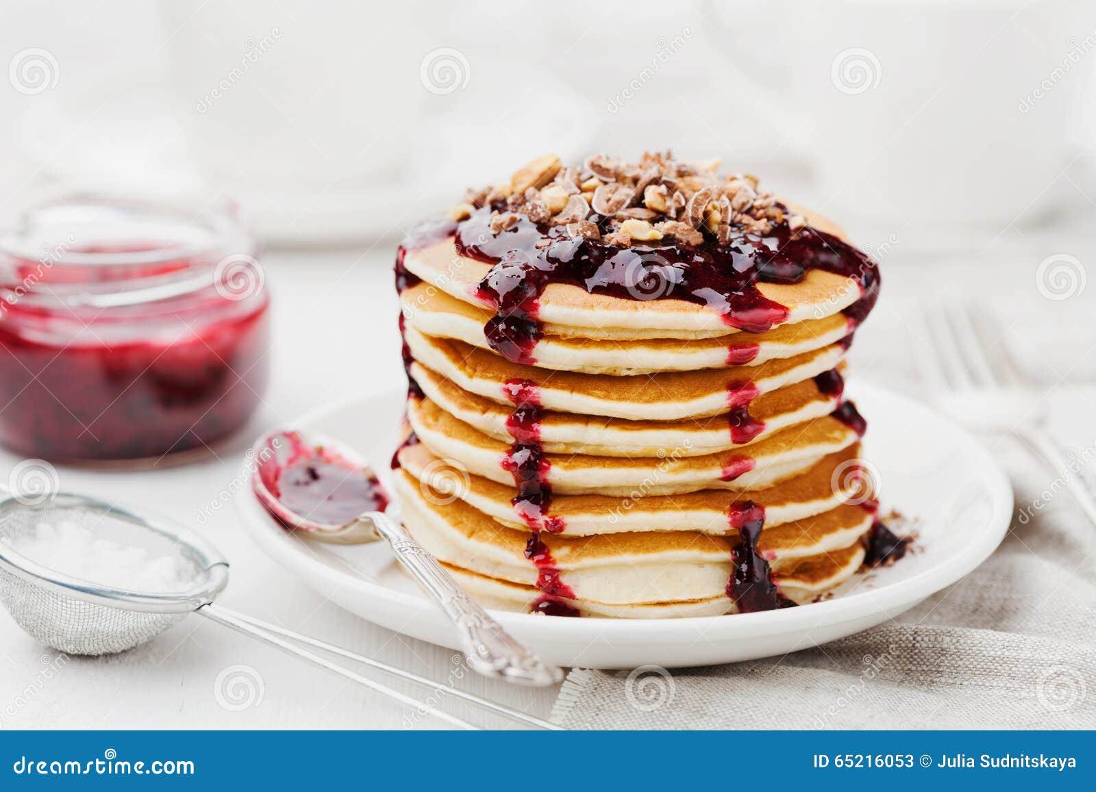 Stapel Amerikanische Pfannkuchen Oder Stuckchen Mit Schwarzer