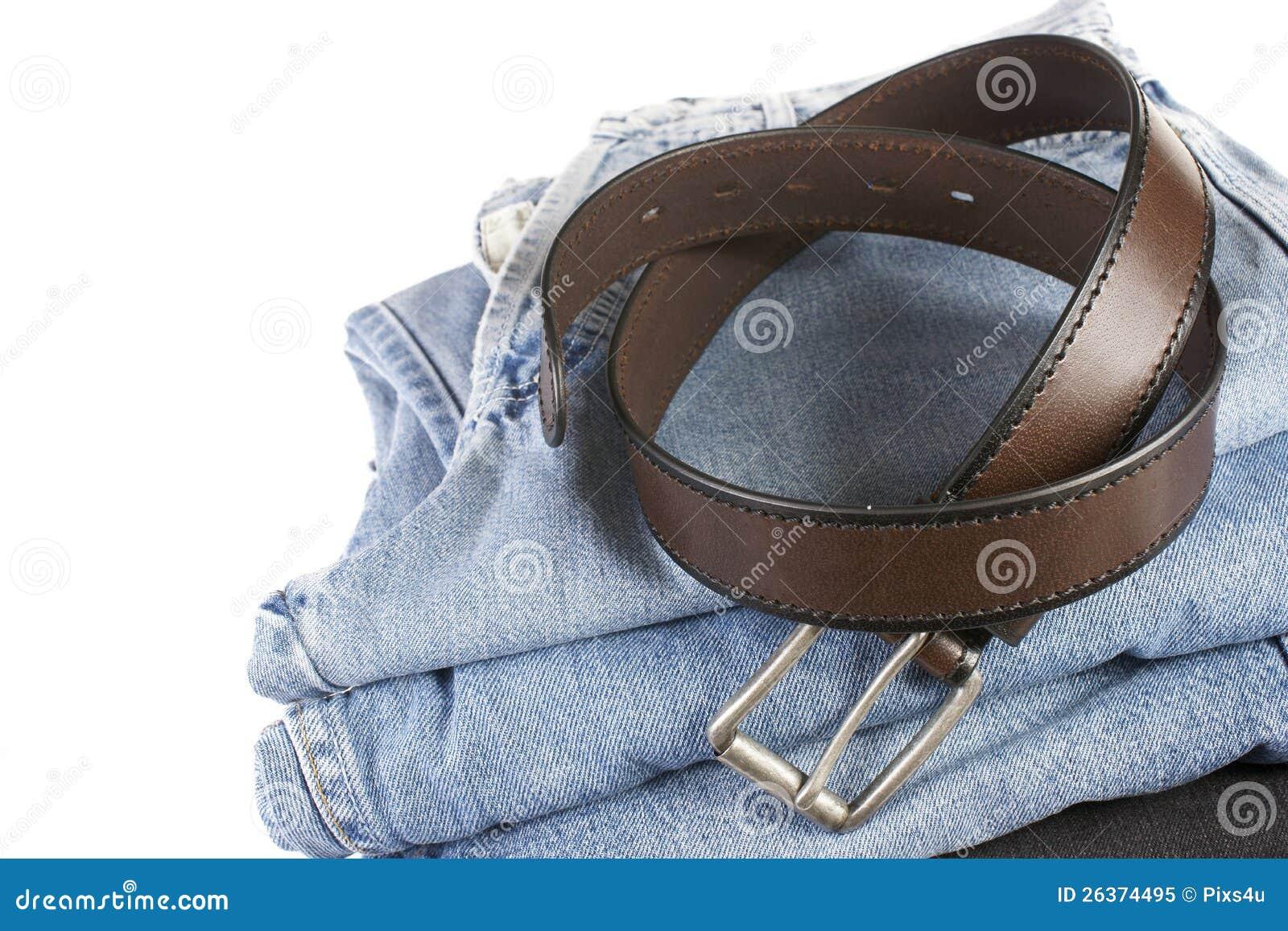 Stapel Blue Jeans mit braunen Gurten
