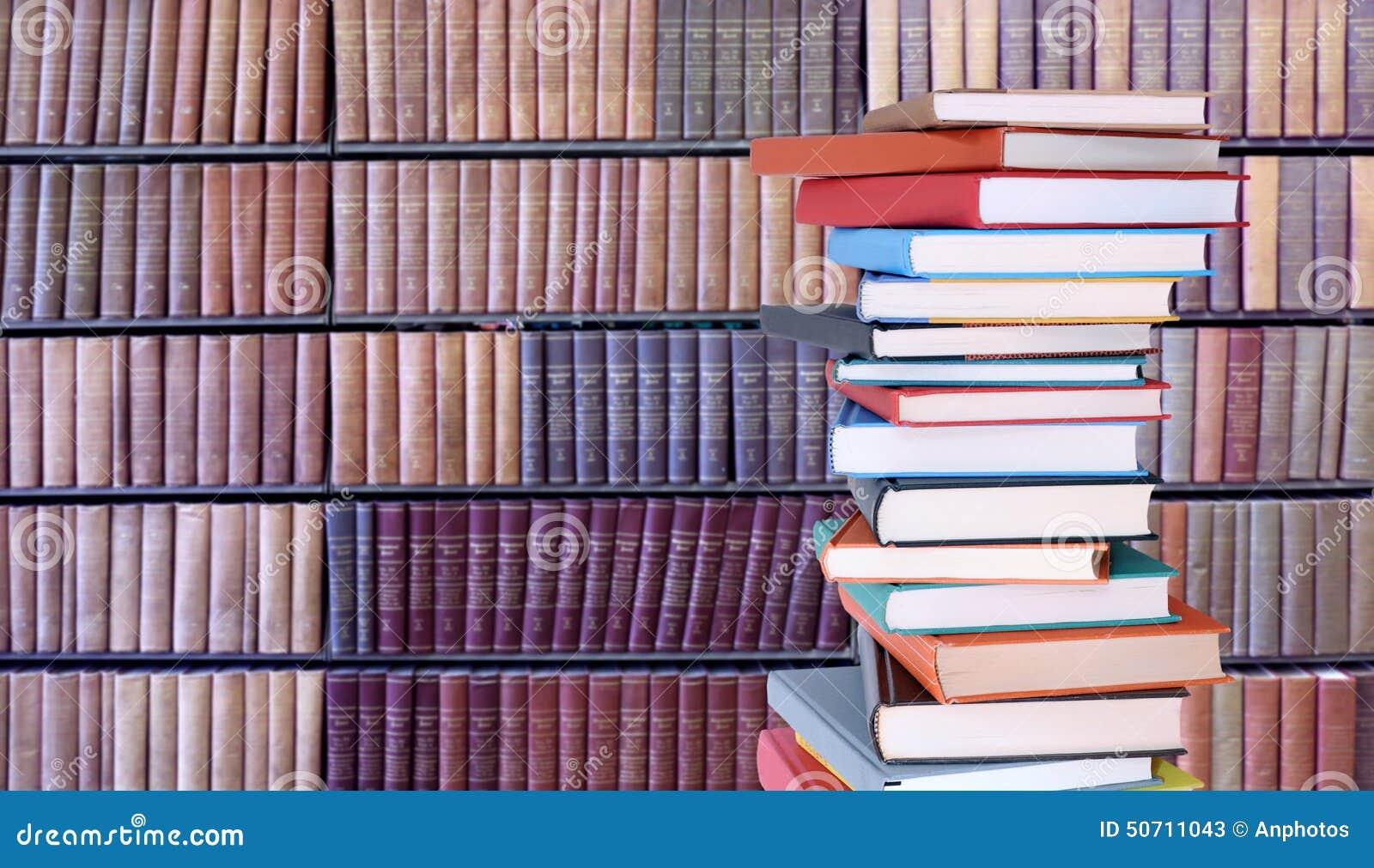 Stapel boeken in bibliotheek stock foto afbeelding 50711043 - Muur bibliotheek ...