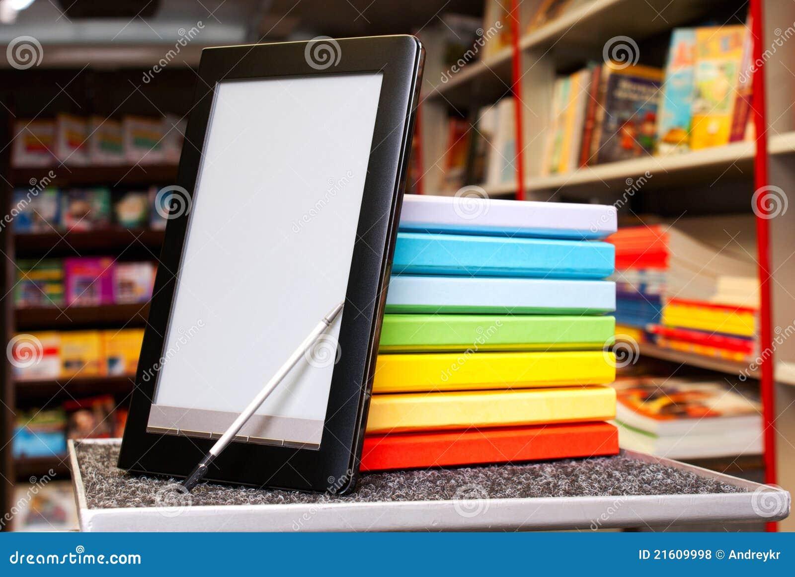 Stapel bunte Bücher mit Ebuch Leser