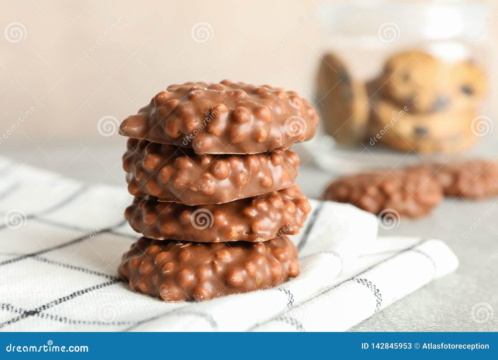 Stapel chocoladekoekjes op keukenhanddoek tegen lichte achtergrond
